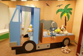 Детская в виде машинки det90426 по индивидуальным размерам на заказ, материалы из лдсп мдф расцветка — голубой разноцвет коричневый интернет магазине mebelblok.ru
